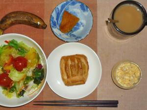 アップルパイ,サラダ,ひき肉入りスクランブルエッグ,カボチャの煮物,バナナ