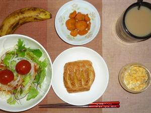アップルパイ,サラダ,人参の煮物,ひき肉入りスクランブルエッグ,バナナ,コーヒー