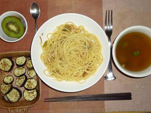 スパゲティきのこソース,茄子のオーブン焼き,オクラのおみそ汁,キウイフルーツ