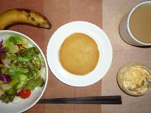 パンケーキ,サラダ,フライドオニオン入りスクランブルエッグ,バナナ,コーヒー