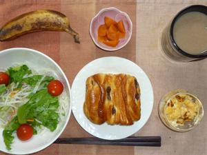 しっとりレーズン&カスタード,サラダ,スクランブルエッグ,人参の煮物,バナナ,コーヒー