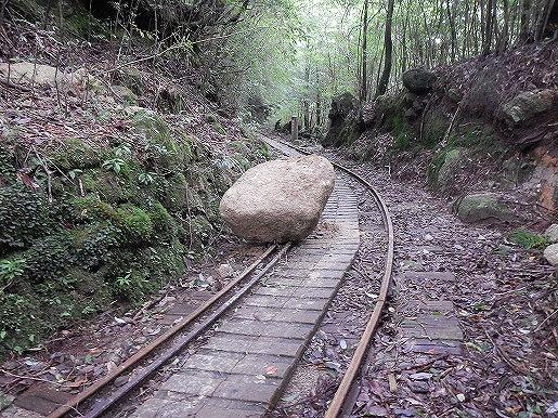 台風後のトロッコ道に岩