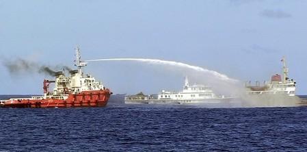 中国船がベトナム船に体当たり