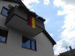 旗を飾る窓2