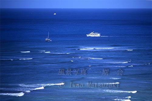 白波と白い船