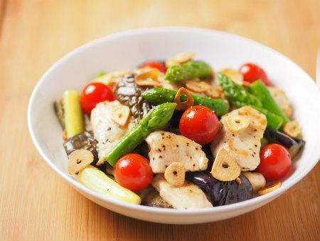 鶏むね肉と夏野菜のガーリック炒め 、 金麦クリアラベル