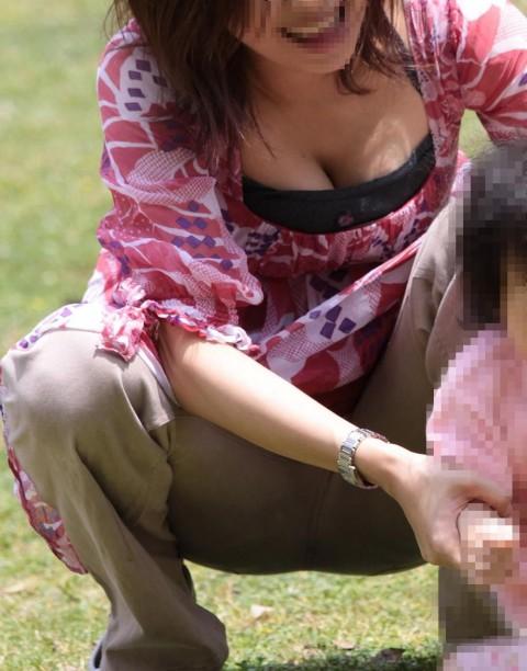 【街撮り】授乳期中でパンパンな新米ママさんのエロ過ぎるデカパイ!!【母乳噴射あり】