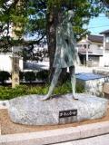 JR生地駅 コートの少女