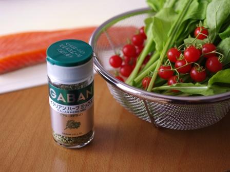 イタリアンハーブミックスとはちみつ塩レモンでつくる彩りサーモンサラダ01