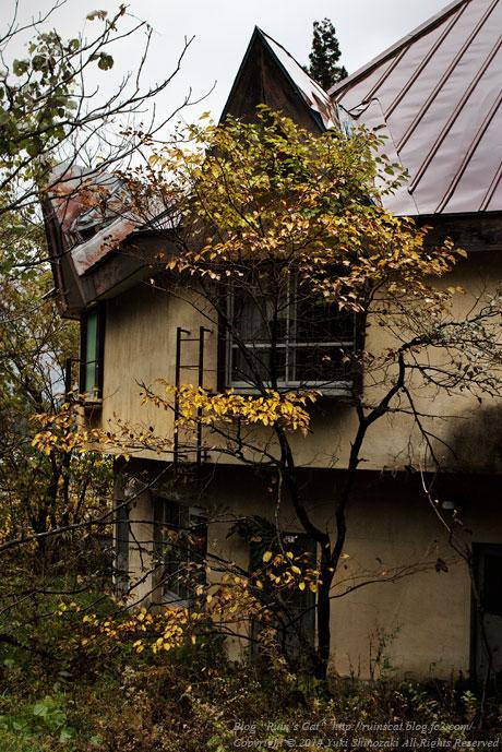 廃墟_円形ホテル「エノモト」_円形部と紅葉