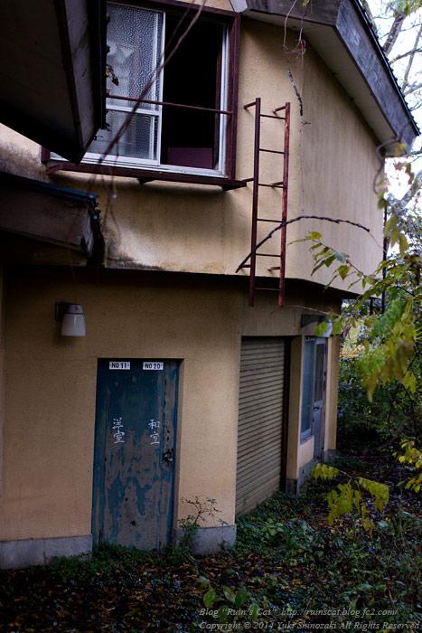 廃墟_円形ホテル「エノモト」_部屋の出入口付近