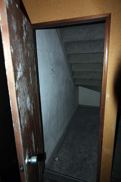 廃墟_円形ホテル「エノモト」_階段下