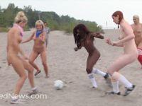 Naked News(ネイキッドニュース)がビーチで全裸のヌードサッカー