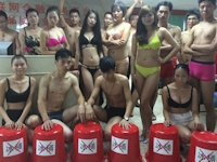 中国・深センの企業の若いスタッフがアイス・バケツ・チャレンジに反対して脱衣ビキニ