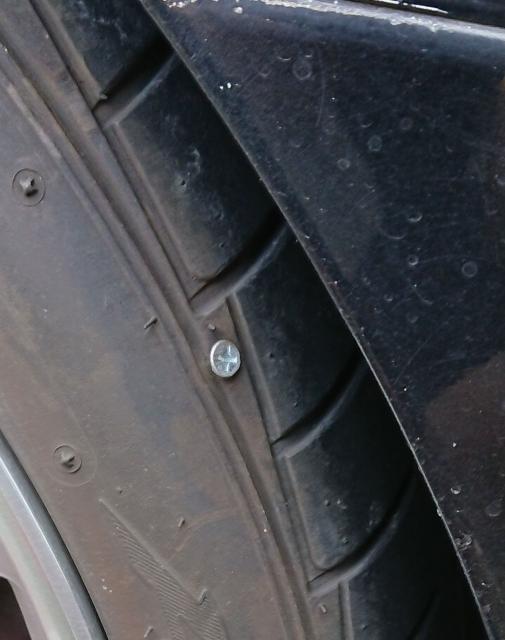 俺の車のタイヤに木ネジぶち込んだ奴ちょっと来いwwwwwwwwwwww