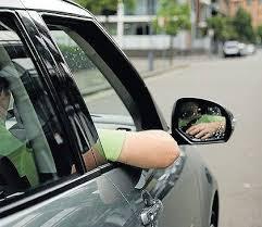 エアコンつけないで自動車の窓全開にして走ってる車なんなの?